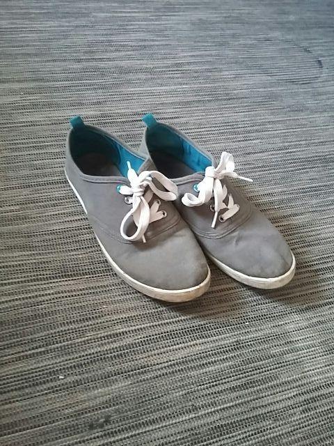 Chaussures grises en toile