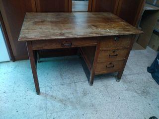 Mesa de escritorio antigua y dos sillas