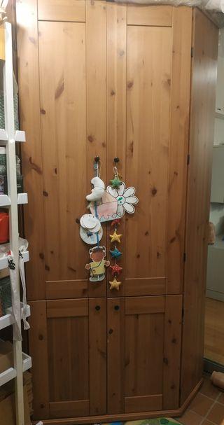 Rinconera de madera natural de Ikea