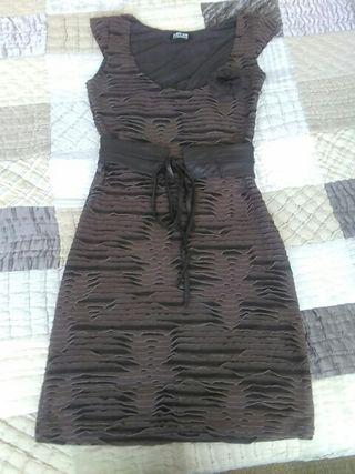 Vestido de fiesta con cinturon de piel marrón