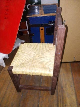 Silla. Sillita madera para niño pequeño