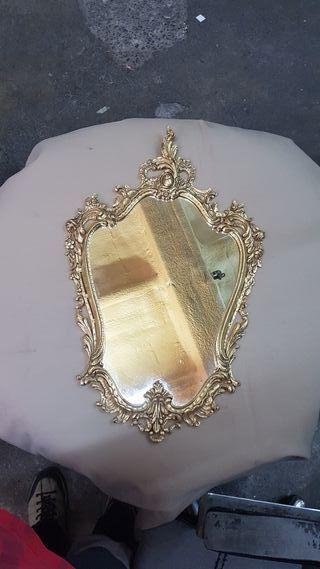 Espejo con el marco de bronce
