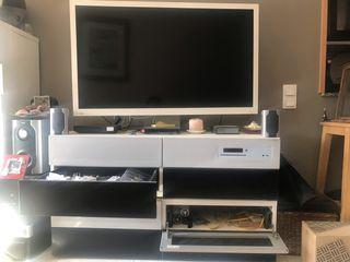 Mueble con TV, DVD y sistema de sonido