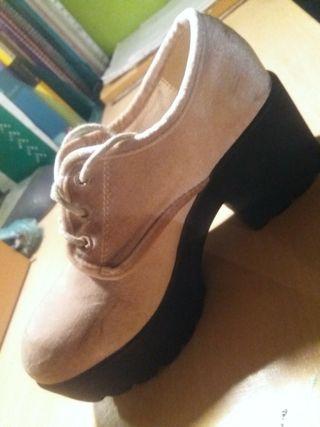 Zapatos de tacón de terciopelo rosa.
