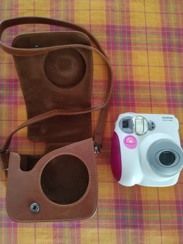 Cámara de fotos + funda cuero + paquetes fotos