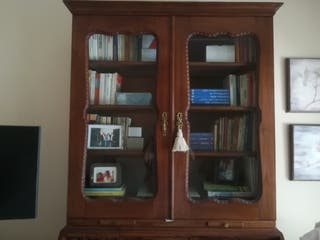 Mueble con puertas de cristal.