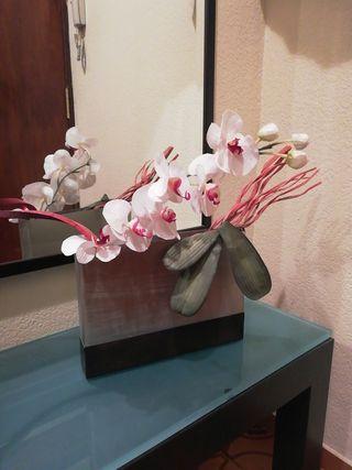 Jarrón moderno con flores