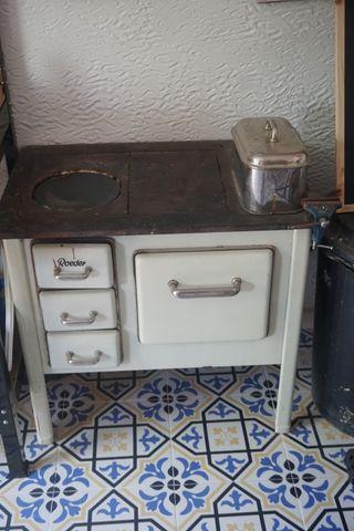 Cocina-estufa antigua. Hierro y cerámica esmaltada