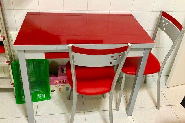 Mesa cocina roja con 2 sillas a juego de segunda mano por 99 ...