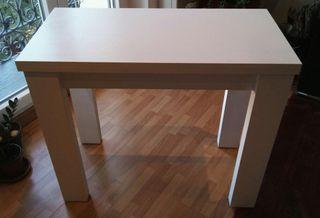 Mesa peglable. Muy sólida. Color blanco.