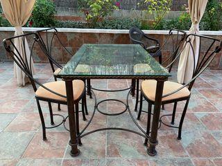 Mesa de comedor y 4 sillas a juego