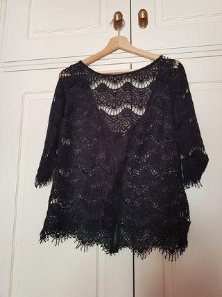 blusa negra de encaje
