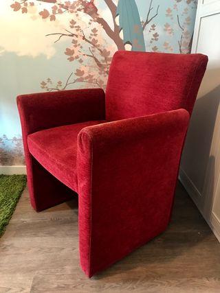 Sofá rojo tapizado