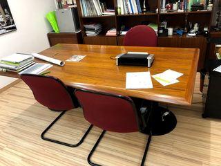 Mesa de despacho de madera maciza.