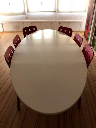 Mesa ovalada blanca.