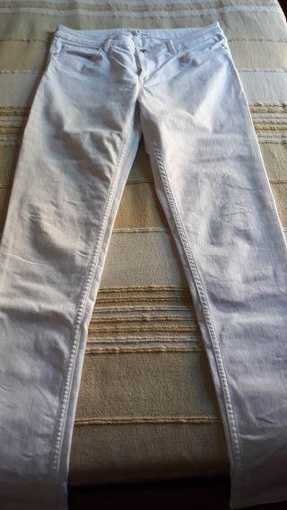 Pantalón blanco Mango.