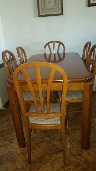 se vende mueblebar y mesa con sillas