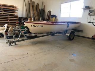 Remolque de barca y dos veleros