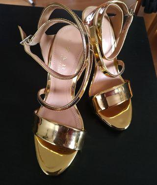 Zapatos de tacón Zara dorados