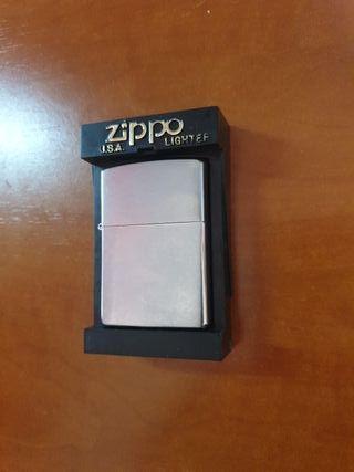 Encendedor original Zippo cromado.