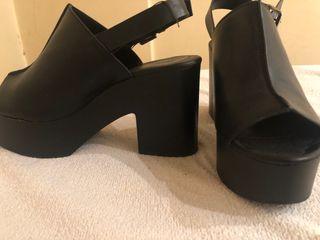 Zapato negro tacon plataforma.