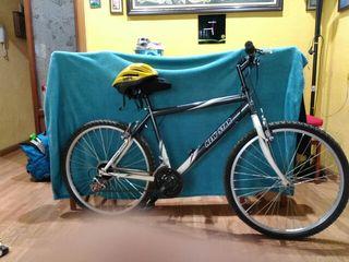 pack bicicleta de montaña con casco