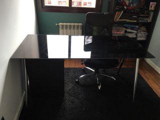 Mesa, silla, cajonera y estantería ikea