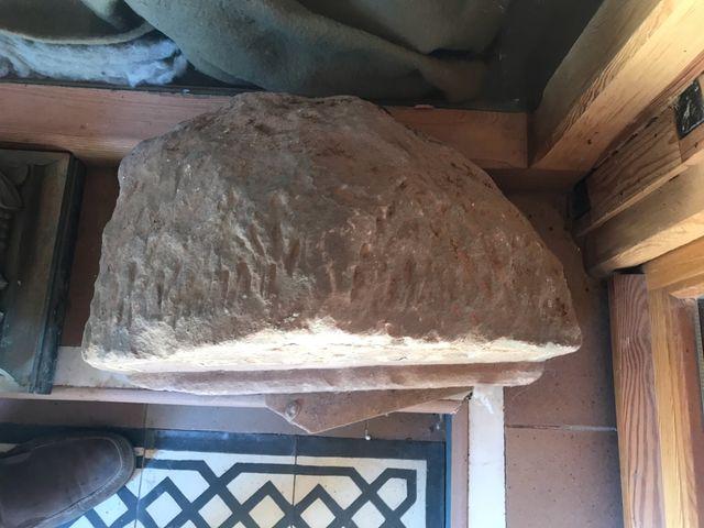 Ito de correos en piedra labrada antiguo