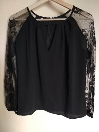 Blusa negra con mangas de encaje