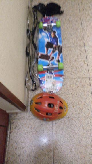 monopatín y casco, coderas, rodilleras, y guantes.