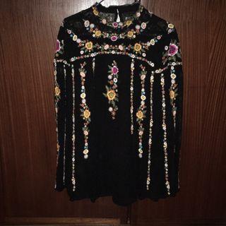 Blusa con bordados de Zara