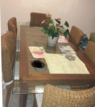 Mesa y 6 sillas de rattán y cristal