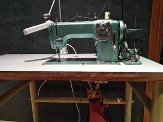 Maquina de coser Refrey. Con bancada y motor