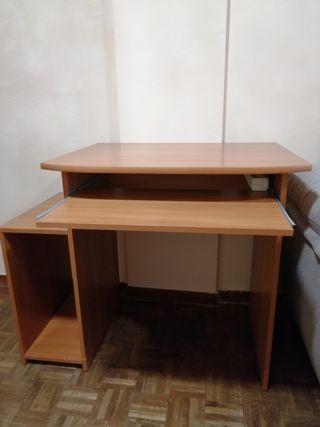 Mesa para ordenador con base CPU+silla de oficina.