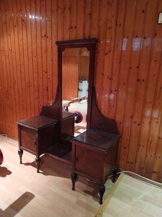 vestidor antiguo con espejo