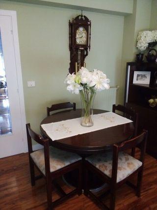 Mesa de comedor y cuatro sillas