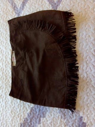Falda marrón con flecos.