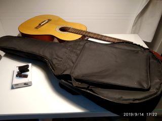Guitarra española Delacrus con funda y afinador.