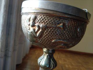 Cenicero de pie vintage tallado metálico