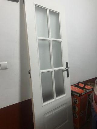 Puerta blanca con cristales