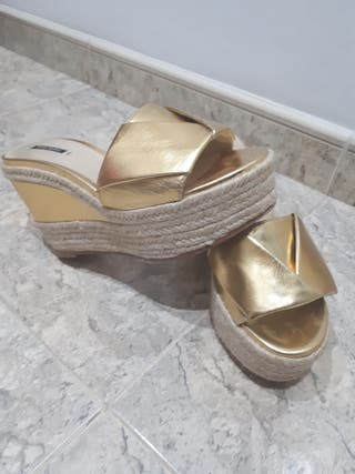 Sandalias de cuña doradas (Zara)
