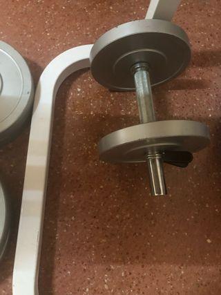 Banco de pesas con barra y discos de pesas