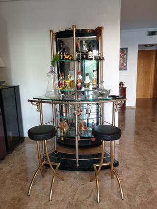 Barra de bar y vitrina