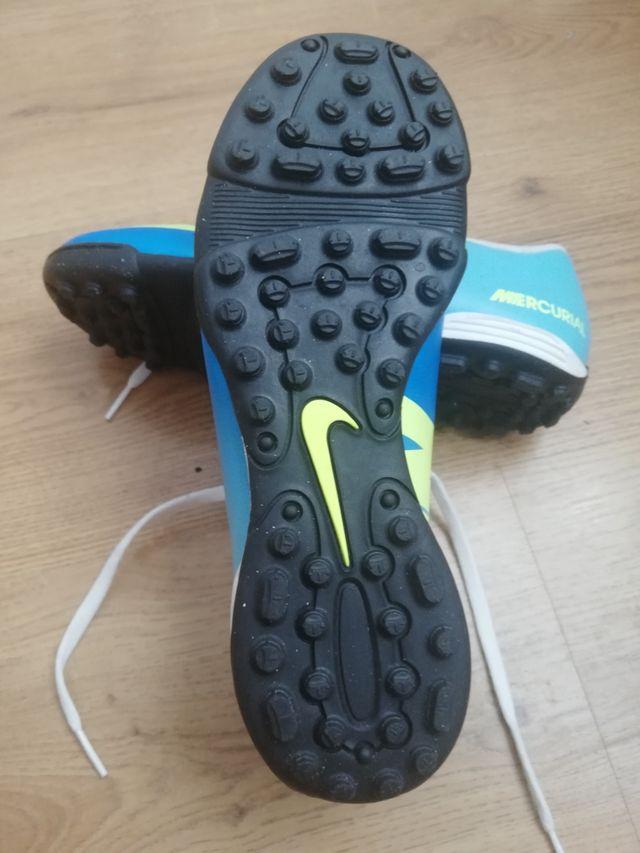 Fútbol... Botas Nike multitacos.