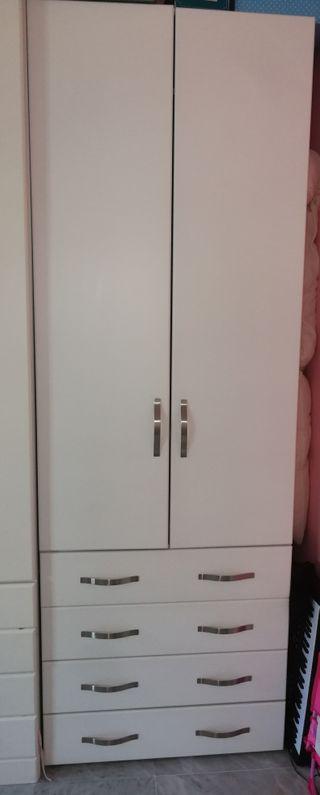 armario de madera lacado muy poco uso
