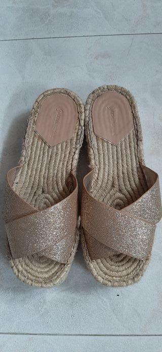 sandalias doradas cuña