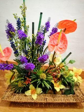Centro de flores artificiales