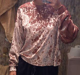 Blusa de terciopelo rosa oversized