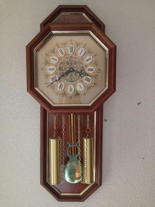 reloj de pared y sofás