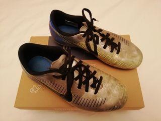 Zapatillas de fútbol de tacos Nike Mercurial.